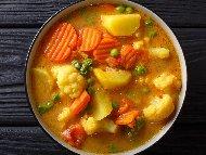 Вегетарианска яхния с грах, картофи, карфиол, моркови, целина и праз